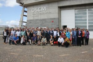 POGO-20 attendees, with the OSCM in the background. Photo credit: A. Villwock, GEOMAR